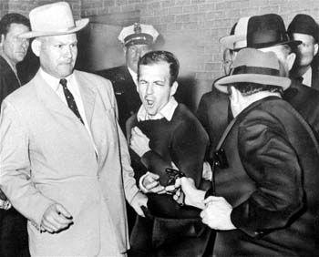 Zwei Tage später, der Beginn aller Verschwörungstherorien: Jack Ruby erschießt den angeblichen Präsidentenmörder Lee Harvey Oswald (24. November 1963)