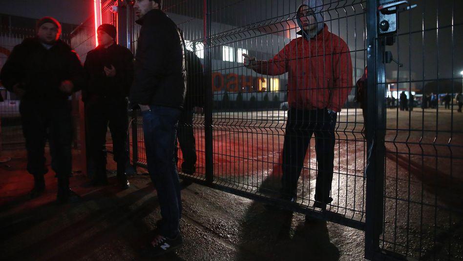 Tataren in Simferopol: Rund hundert Männer versammelten sich in der Nacht vor einer TV-Station, um sie vor möglichen Angriffen russischer Extremisten zu schützen