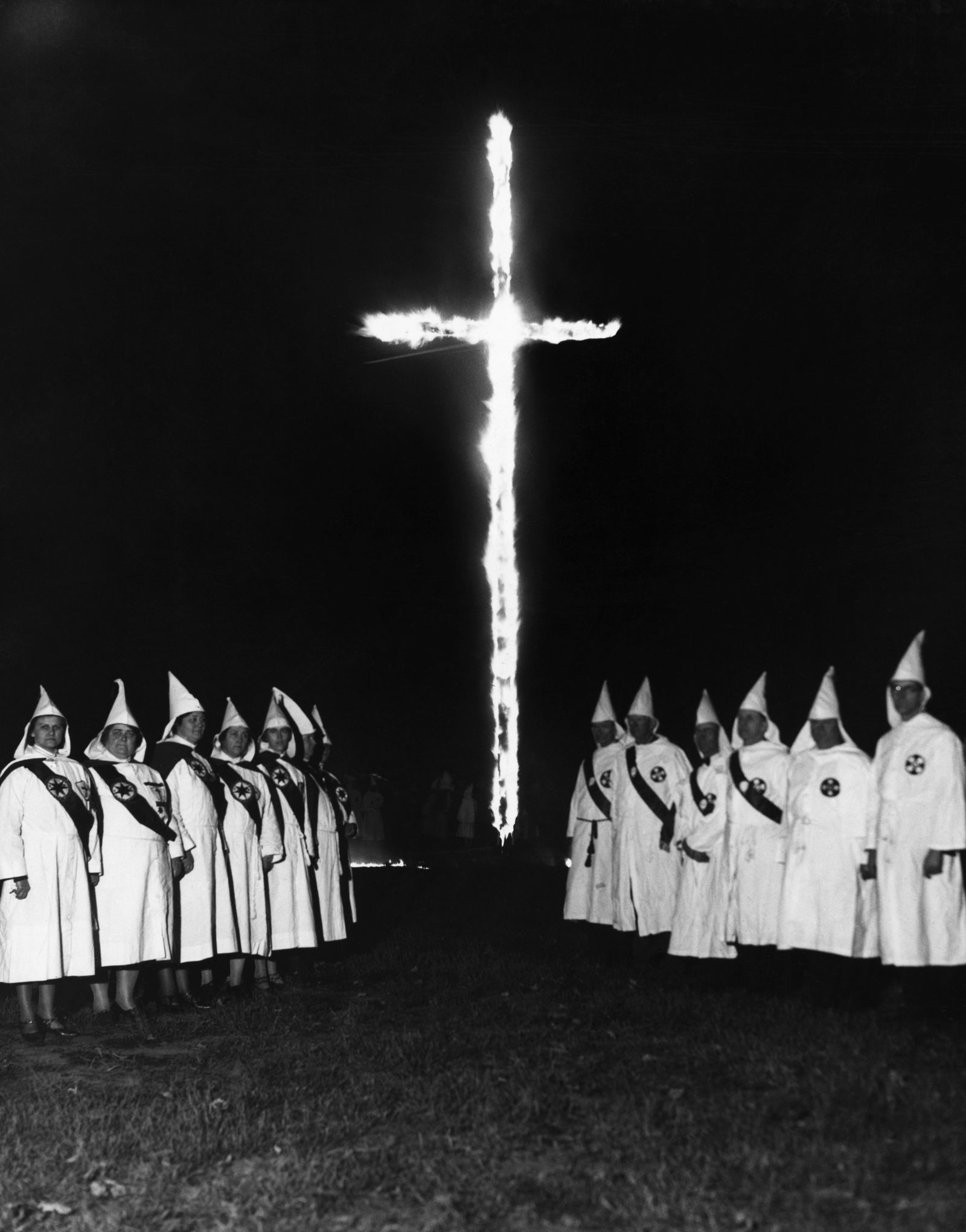 KKK und die Frauen - A Group of Klan Men and Women Burning Cross