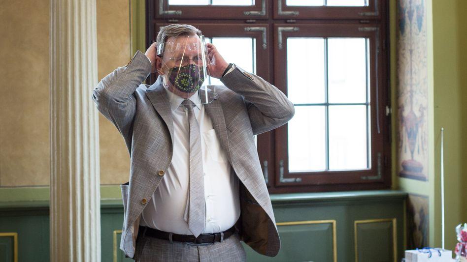 Ministerpräsident Ramelow mit Mund-Nasen-Schutz und Visier