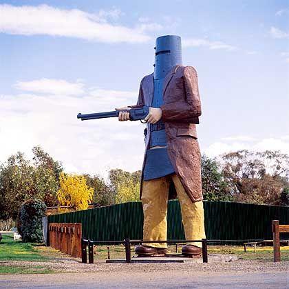 Skulptur Ned Kelly: Nicht zuletzt wegen seiner Ritter-ähnlichen Kleidung wurde der Räuber berühmt