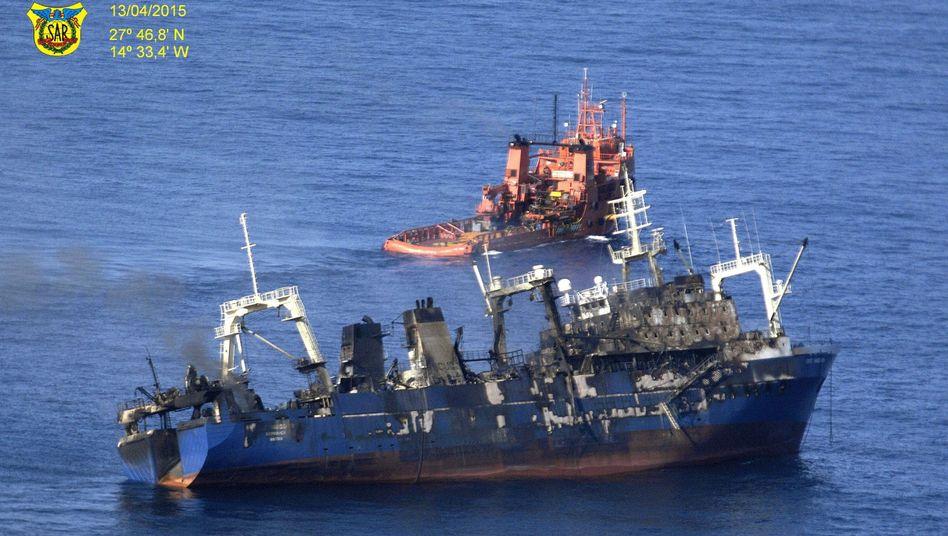 """Beschädigter Trawler """"Oleg Naydenov"""" (am 14. April): Nach Brand gesunken"""