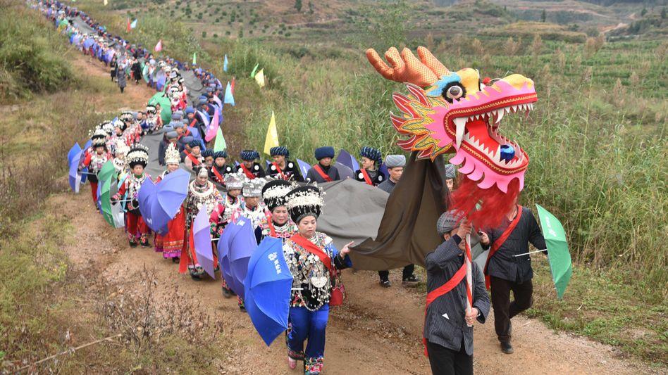 Traditionelle Prozession in der Provinz Guizhou im Südwesten Chinas