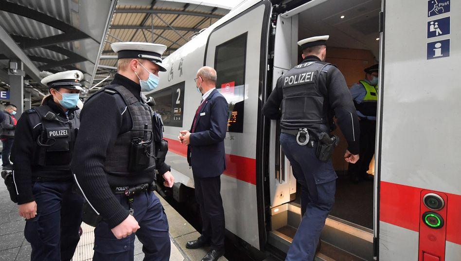Bundespolizisten steigen in einen ICE (Archivfoto)