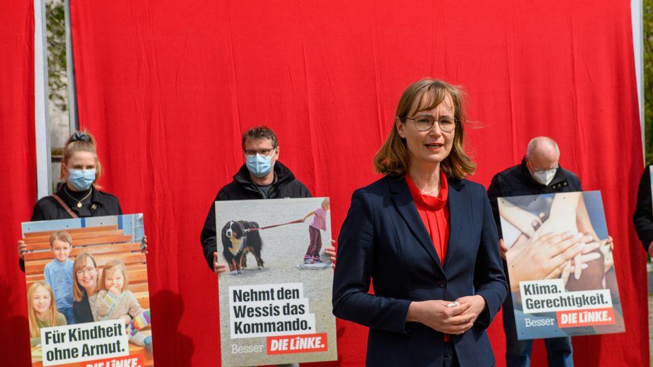 Sachsen-Anhalts Linken-Spitzenkandidatin Eva von Angern bei der Vorstellung der Wahlplakate