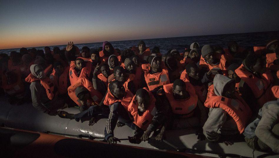Flüchtlinge in Schlauchboot (Archivbild)