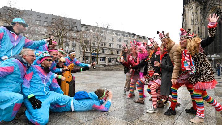 Konfetti und Kamelle: Weiberfastnacht in Karnevalshochburgen