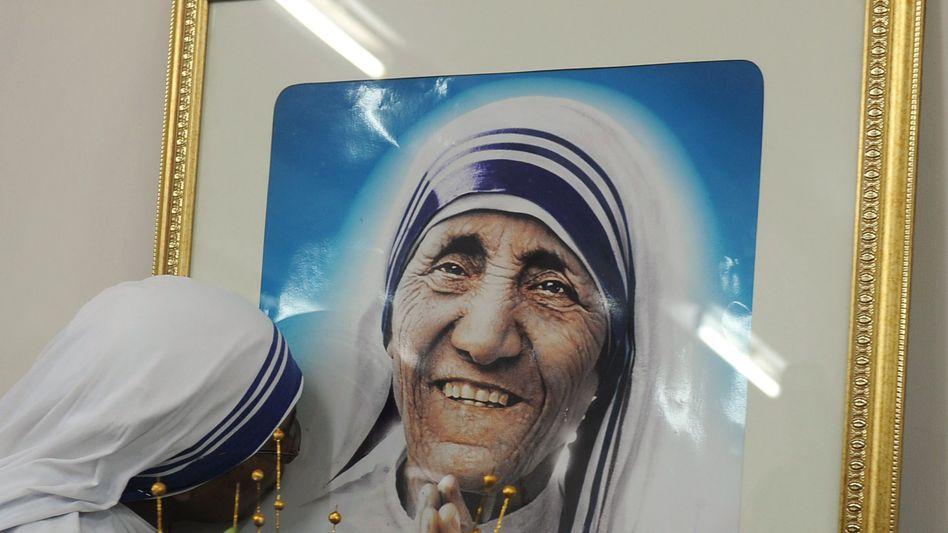 Indische Nonne vor Mutter-Teresa-Bild: Aufnahme in den Kreis der Heiligen