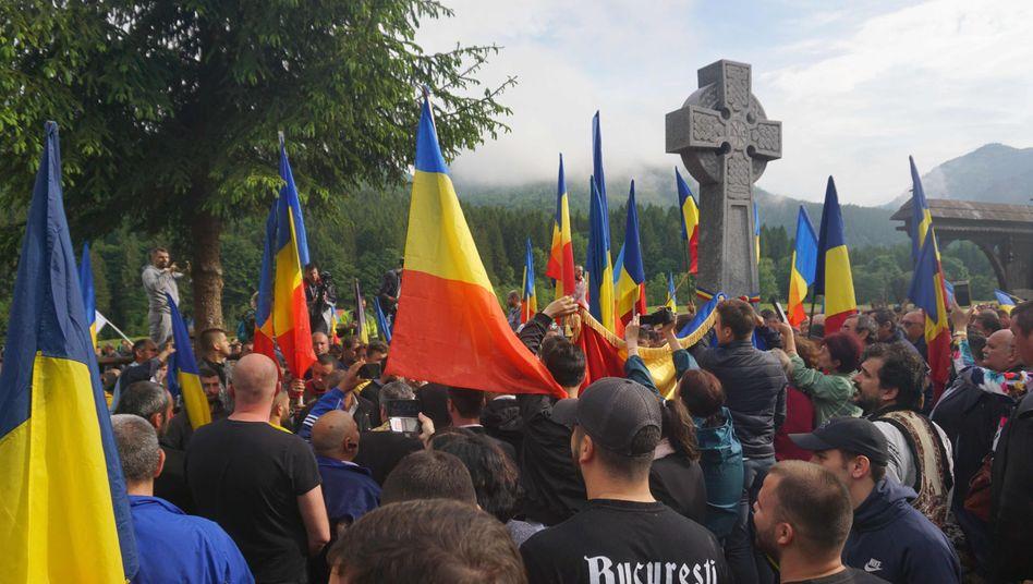 Rumänische Nationalisten auf dem Friedhof im Dorf Valea Uzului