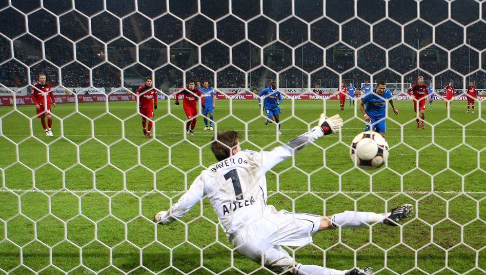 Bayer-Keeper Adler gegen Hoffenheimer Salihovic (Archiv): In die Mitte!