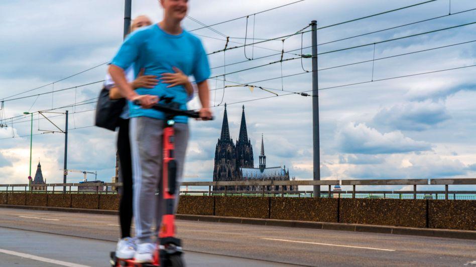 Zu zweit auf dem E-Scooter in Köln – eigentlich ist das verboten