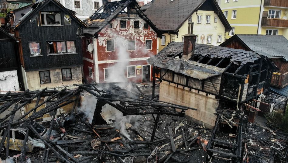Zerstörte Hütten von Hallstatt: Mehr als hundert Feuerwehrleute im Einsatz