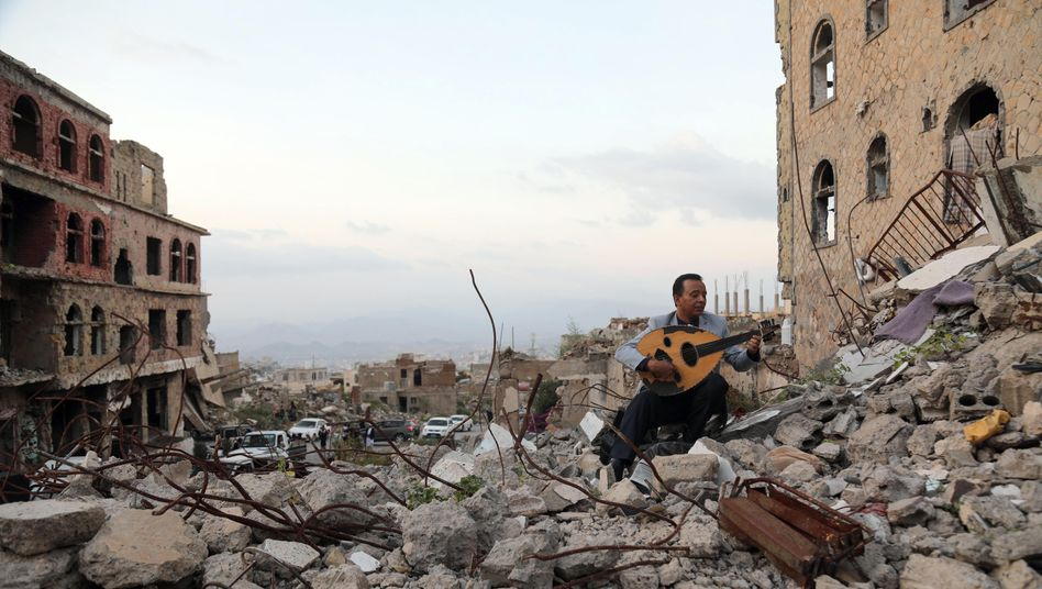 Oud-Spieler auf den Trümmern der umkämpften Stadt Taiz: Der Jemen ist zerfallen