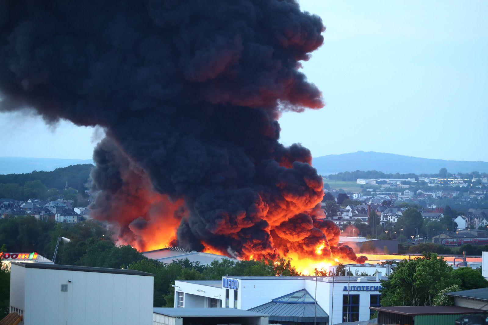 Diez Grossbrand einer Paperfabrik in Diez Grossbrand einer Papierfabrik in Diez *** Diez Large fire at a paper factory