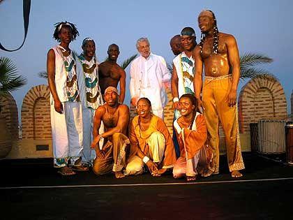 """Künstler Heller, Tanzgruppe Georges Momboye: """"Wenn's gut geht, werden die Leute sagen: Jetzt grast er Afrika ab"""""""