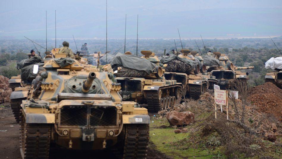 Türkische Panzer an der syrischen Grenze