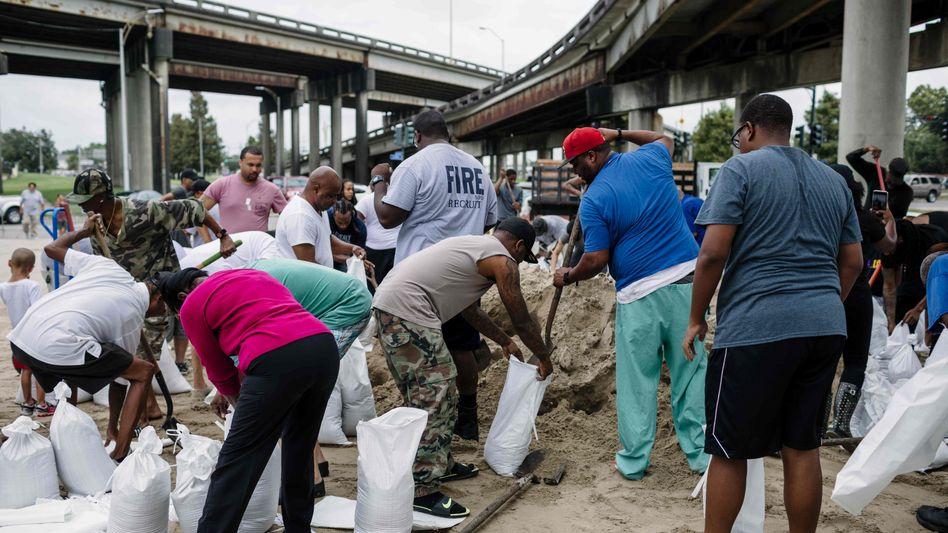 Menschen in New Orleans füllen Sandsäcke