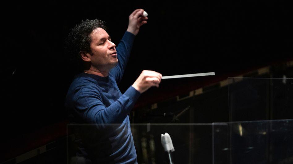 Gustavo Dudamel bei aktuellen Proben für Verdis »Otello« in Barcelona