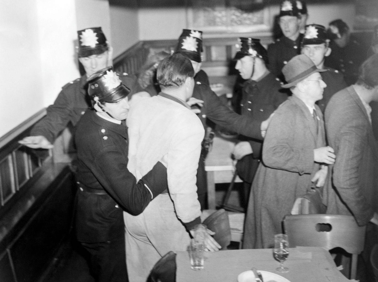 Kommunisten halten beschlagnahmte Parteizentrale besetzt, 1950