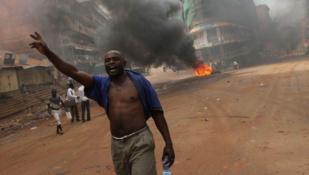 Aufruhr in Uganda: Brennende Barrikaden in Kampala