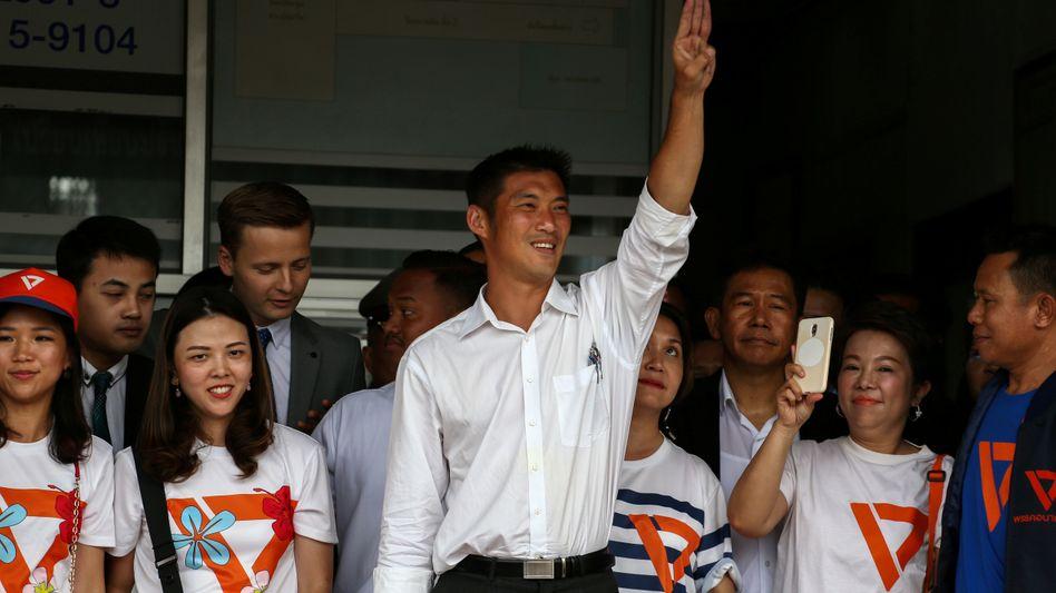 Thanathorn Juangroongruangkit (Mitte), Vorsitzender der Partei Future Forward