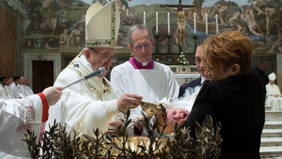 Papst Franziskus tauft ein Baby in der Sixtinischen Kapelle