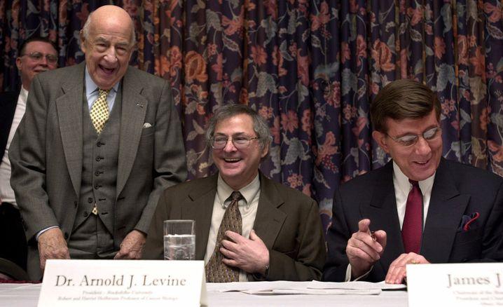 """Arnold J. Levine (Mitte, Archiv): """"Wir dachten, ein Krebsgen gefunden zu haben"""""""
