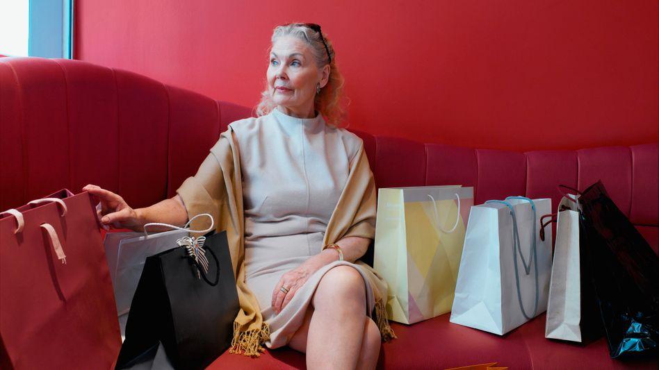Ältere Dame nach einem Einkauf