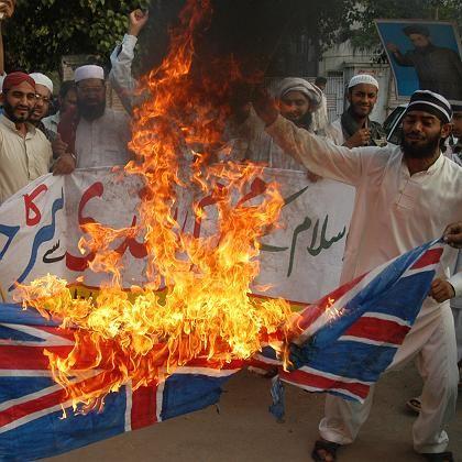 Proteste in Pakistan: Demonstranten verbrennen eine britische Flagge