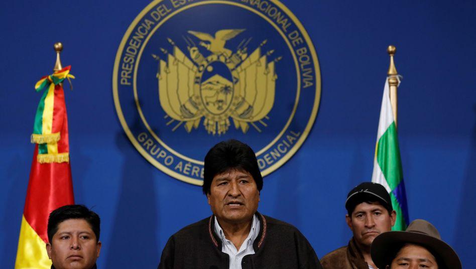 Nach wochenlangen Protesten gegen das Wahlergebnis der Präsidentschaftswahl kündigt Amtsinhaber Morales Neuwahlen an