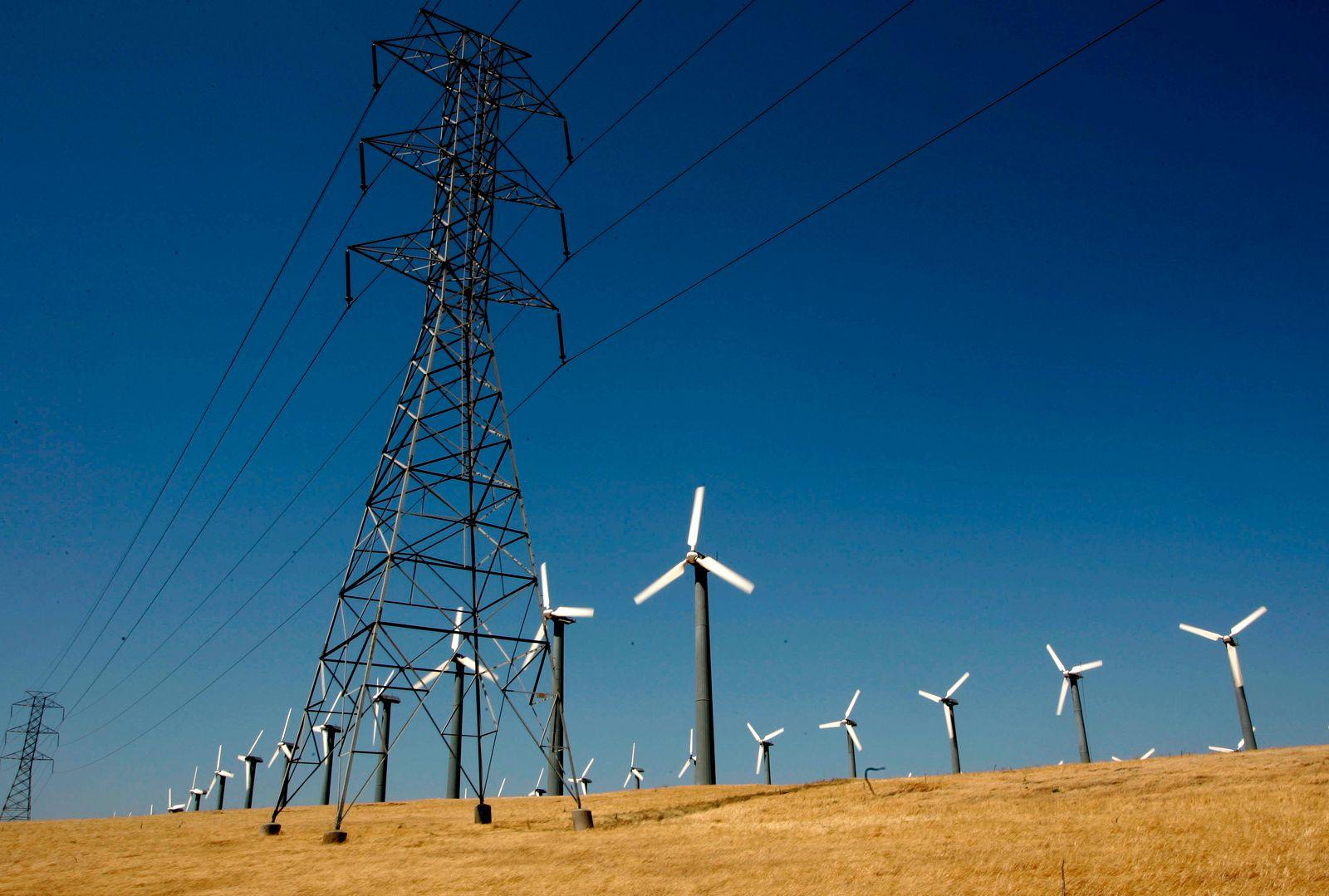 USA / Kalifornien / Strom / Strommasten / Windräder