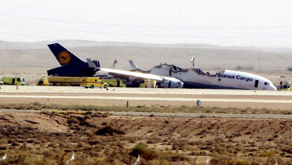 Ausgebranntes Wrack der Lufthansa-Frachtmaschine in Riad am 27. Juli: Warum tobten die Feuer vor allem im Laderaum so heftig und nicht an den Tanks?