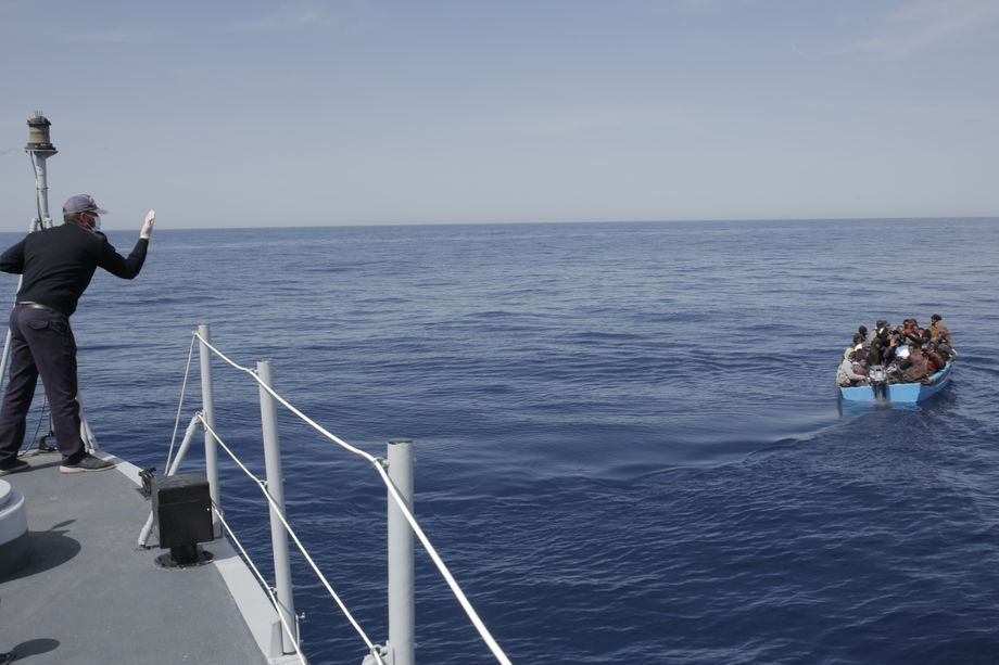 The Libyan coast guard during an interception operation: None of the refugees wants to go back.