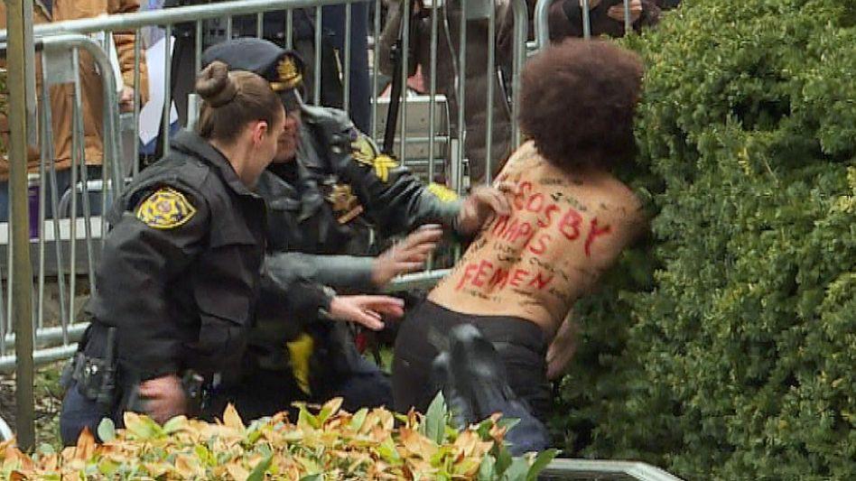 Frauenprotest am Rande des Prozesses