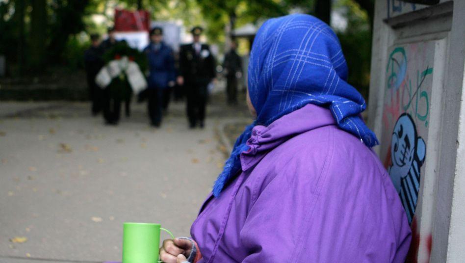 Bettlerin in Riga: Lettland ist Sparvorbild, hat aber auch das höchste Armutsrisiko der EU