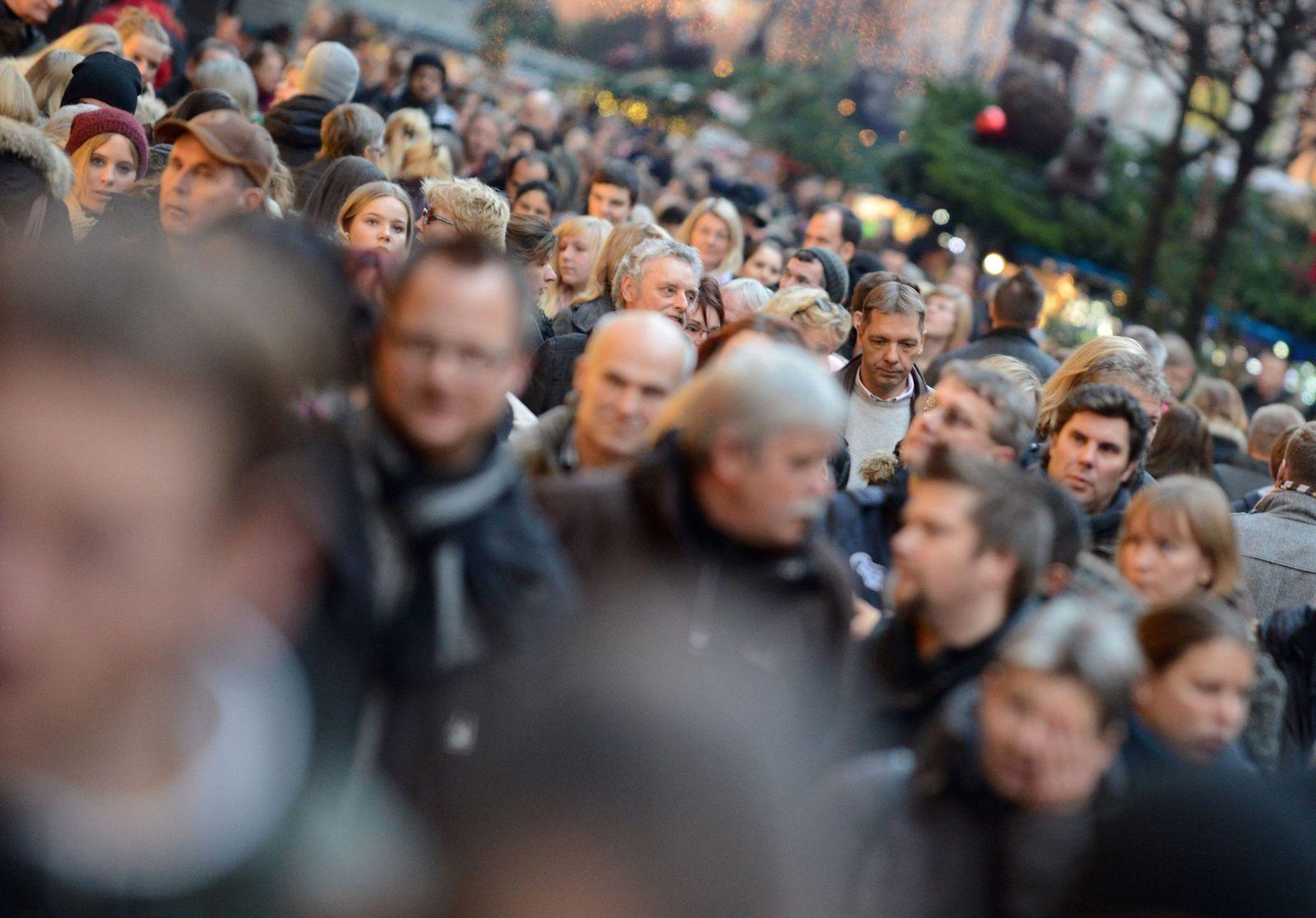 Menschenmenge in einer Einkaufsstraße