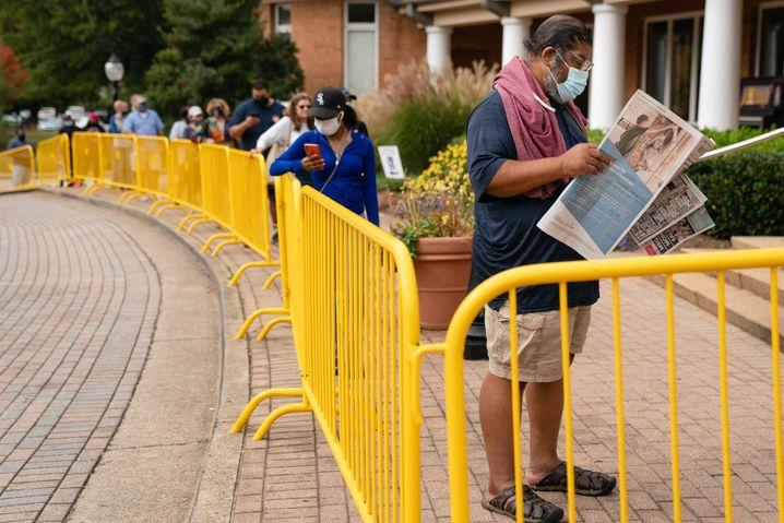 Akurate Informationen zur Wahl auf den letzten Metern? - Wartende Wähler in Georgia