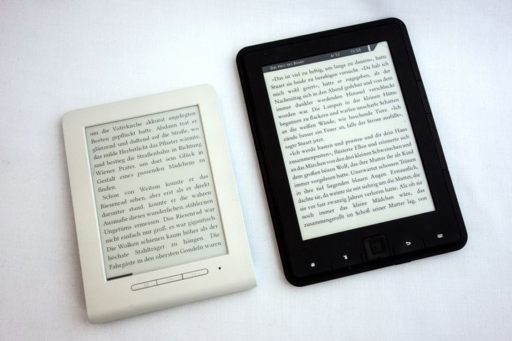 Billig-E-Reader: Txtr Beagle (links) und Trekstor eBook Reader 4.0
