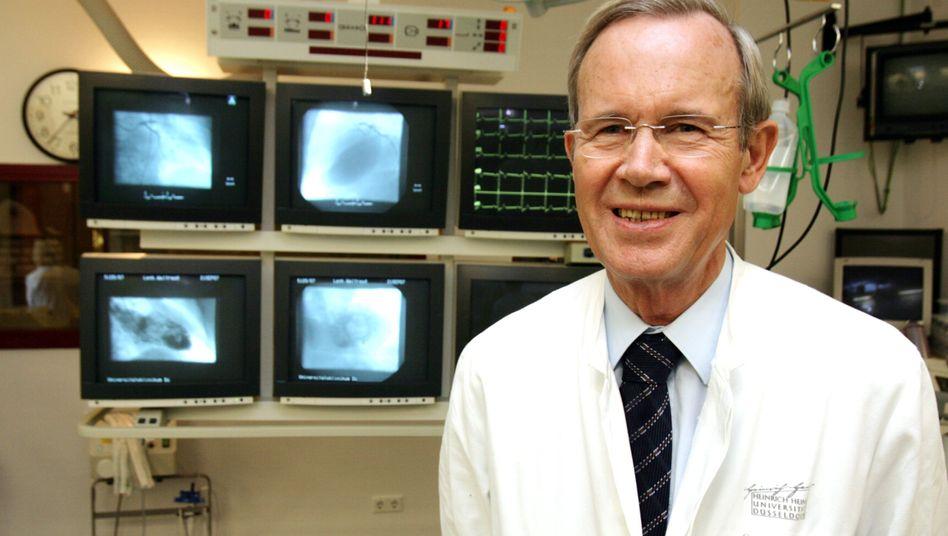 Unter Fälschungsverdacht: Kardiologe Bodo-Eckehard Strauer an der Düsseldorfer Universitätsklinik (Archivbild aus dem Jahr 2007)