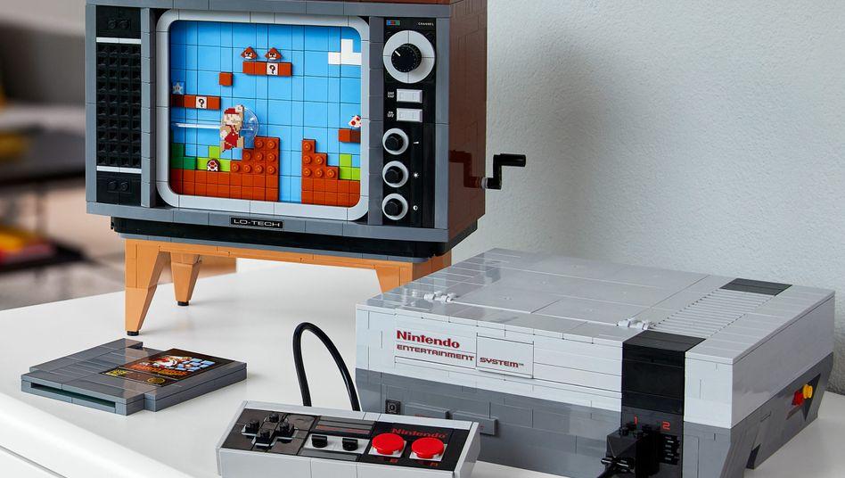 NES aus Lego: Der zugehörige Fernseher links ist 22,5 Zentimeter hoch, 23,5 Zentimeter und 16 Zentimeter tief