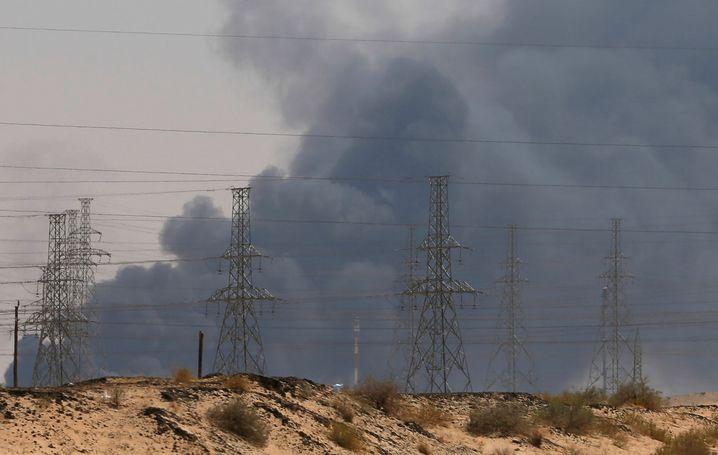 Qualm über der brennenden Aramco-Raffinerie