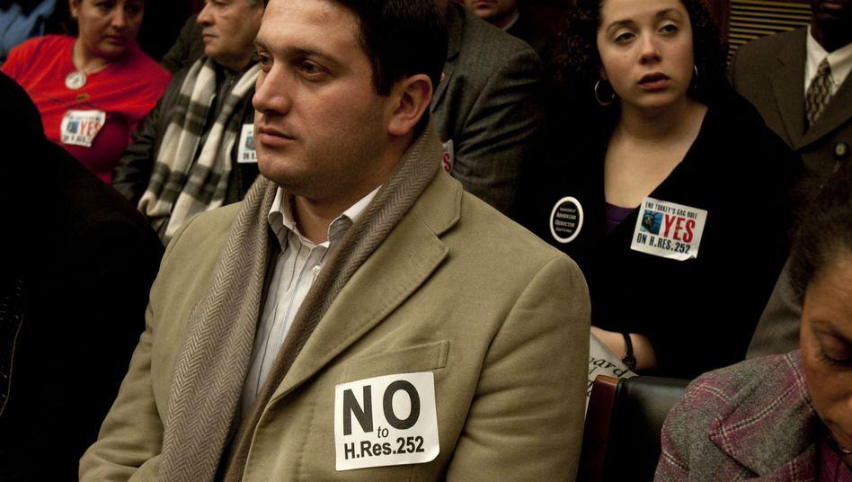 Gespanntes Publikum im Ausschuss: Unterstützer und Gegner der Armenien-Resolution