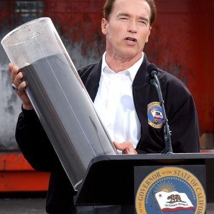 """Kaliforniens Gouverneur Schwarzenegger (mit einem Rußfilter): """"Der Kampf wird fortgesetzt"""""""