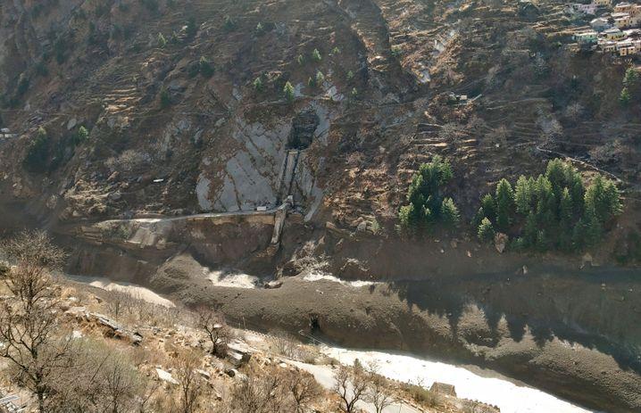 Die Sturzflut beschädigte auch ein Wasserkraftprojekt