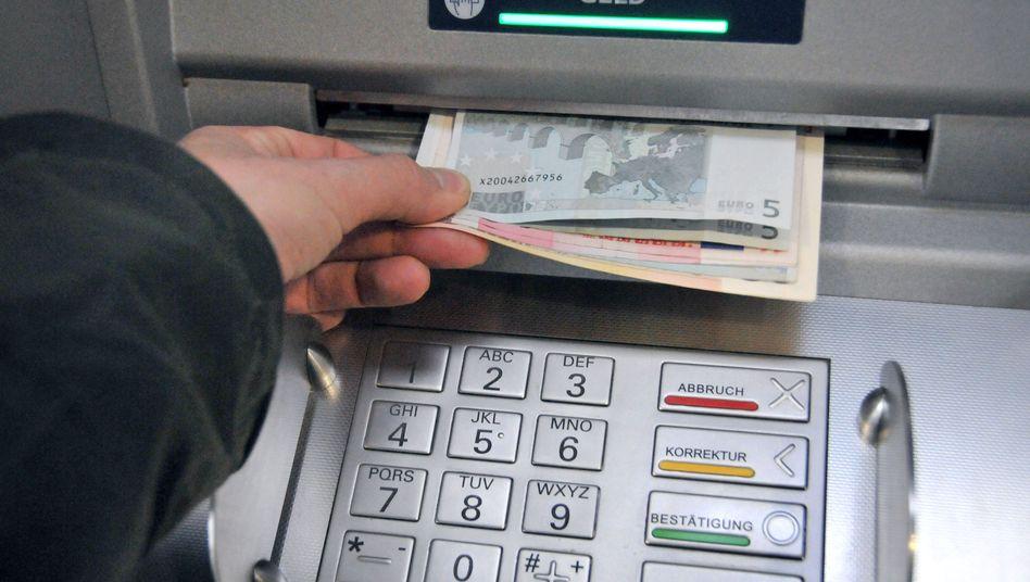 Bankautomat (Symbolbild): Abhebungen können begrenzt oder ganz verboten werden