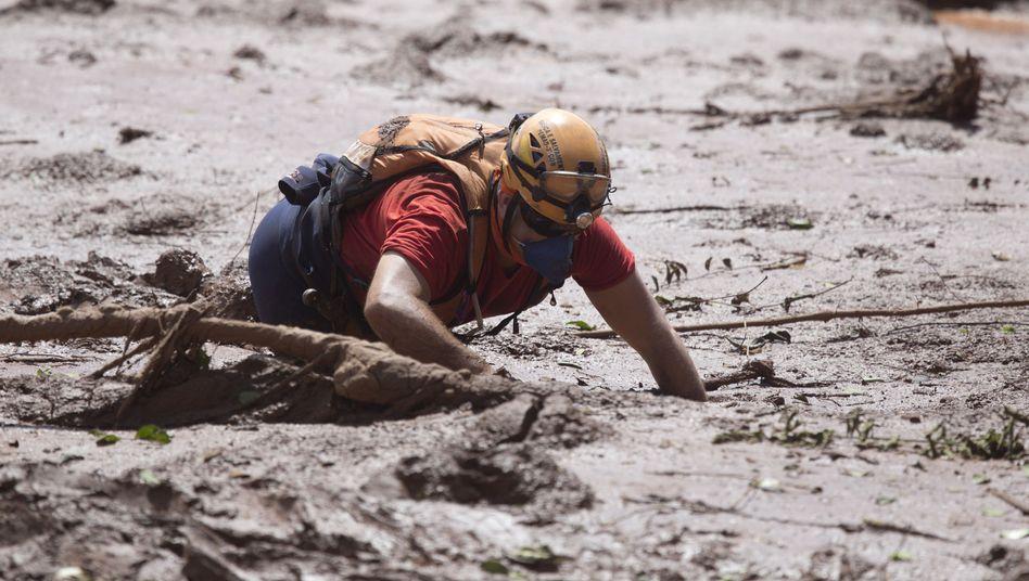 Rettungshelfer auf der Suche nach möglichen Opfern des Dammbruchs (Archivbild vom Januar)