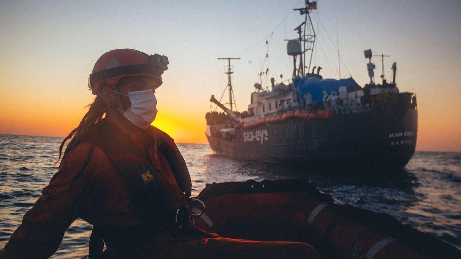 Wieder mal warten: Crewmitglieder der Alan Kurdi im Mittelmeer