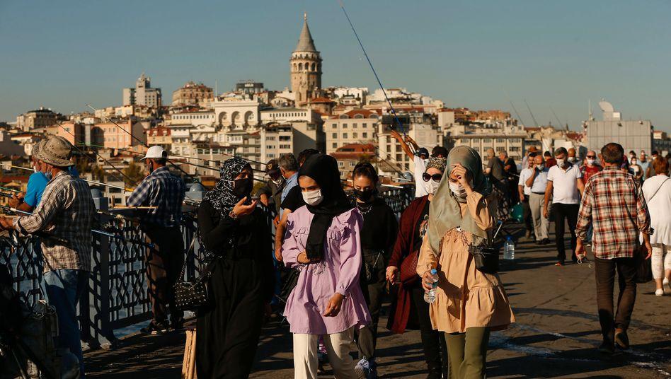 Maskenpflicht in Istanbul: Seit Ende Juli hat die türkische Regierung asymptomatische Corona-Infektionen nicht mehr in der öffentlichen Statistik erwähnt