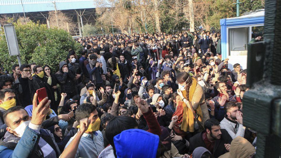 Proteste an der Universität Teheran Ende Dezember 2017