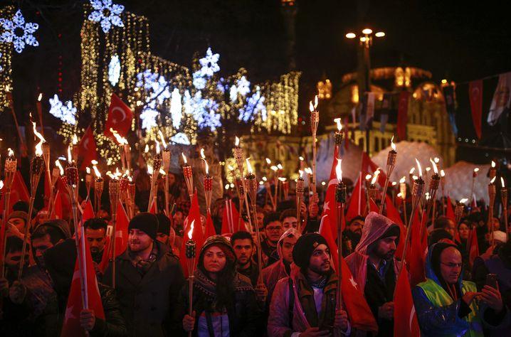 Besucher eines Neujahrsfestes in Istanbul
